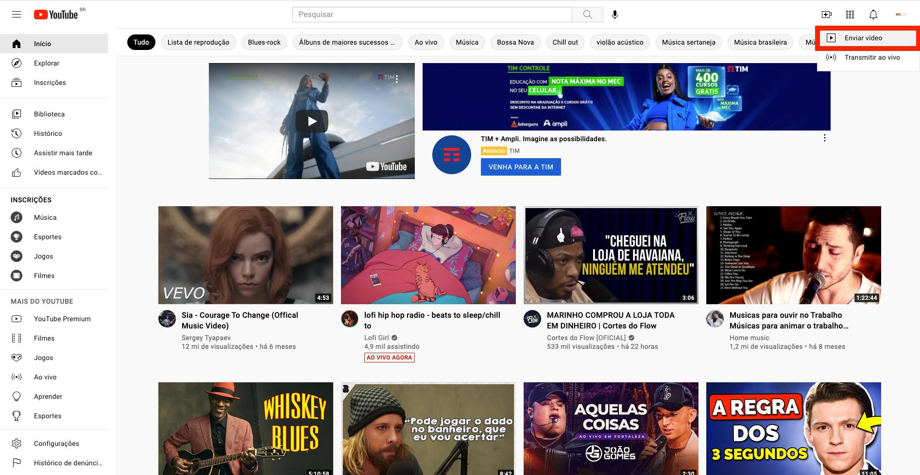 Captura de tela do YouTube. Página inicial com botão 'Enviar vídeo' destacado com uma borda vermelha. O botão está posicionado na área superior direita da tela