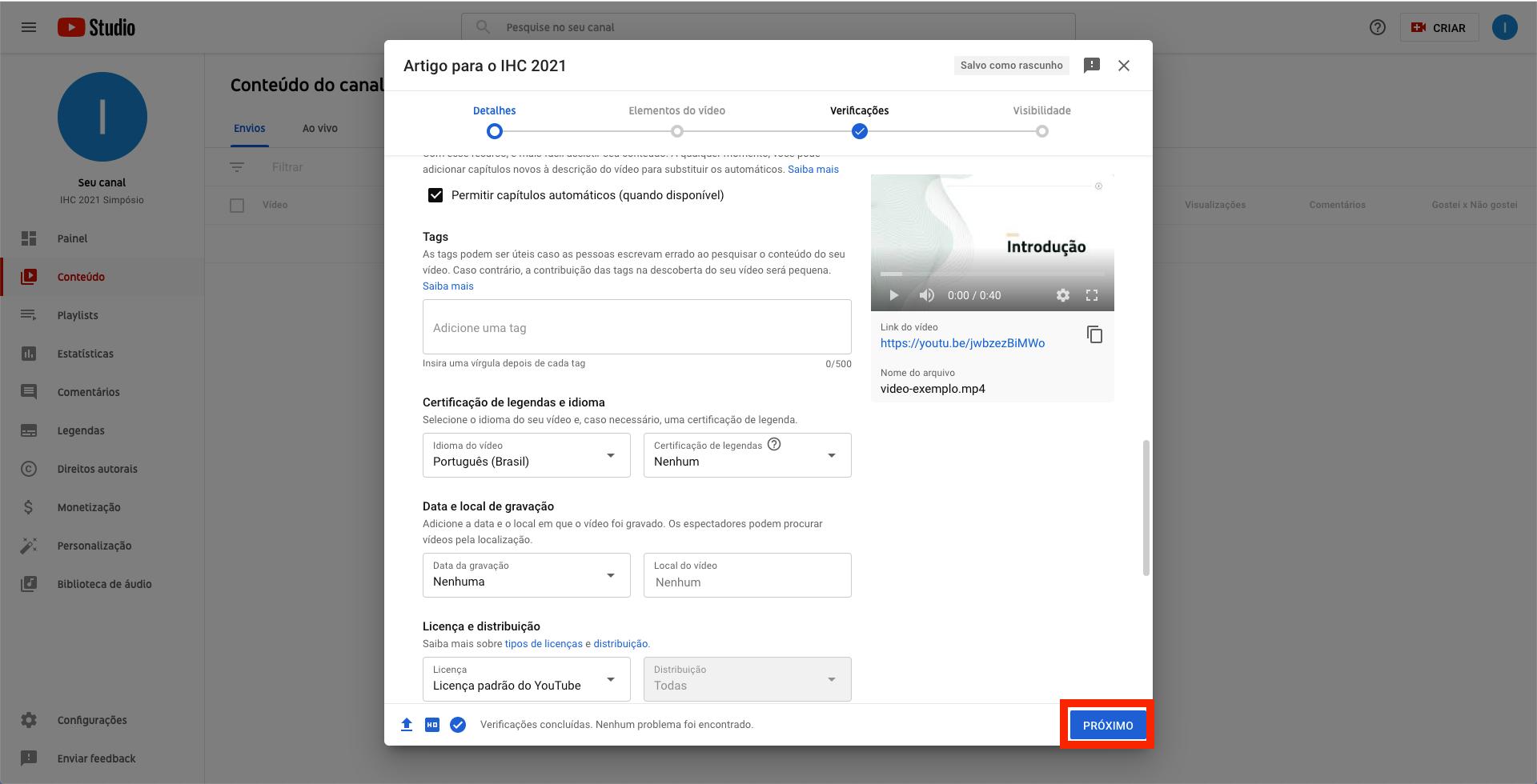 Captura de tela do YouTube. Janela modal contendo campos de formulário que permite a inserção de detalhes do vídeo, com botão 'Próximo' destacado com uma borda vermelha